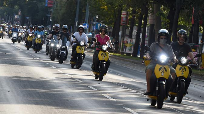 Sejumlah orang mengendarai motor skuter listrik dalam parade kendaraan listrik di Wina, Austria, 13 September 2020. Ratusan kendaraan listrik ambil bagian dalam parade E-Mobility