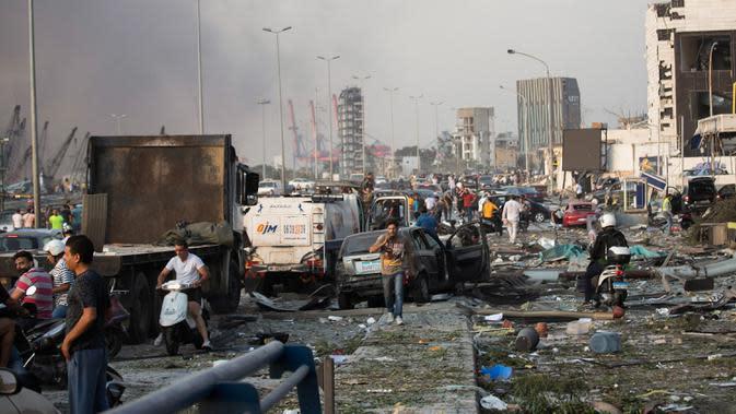 Orang-orang yang terluka mengungsi setelah ledakan dahsyat di Beirut, Lebanon, Selasa (4/8/2020). Ledakan dahsyat yang menjadi pusat perhatian dunia ini menewaskan sedikitnya 73 orang dan ribuan lainnya luka-luka. (AP Photo/Hassan Ammar)