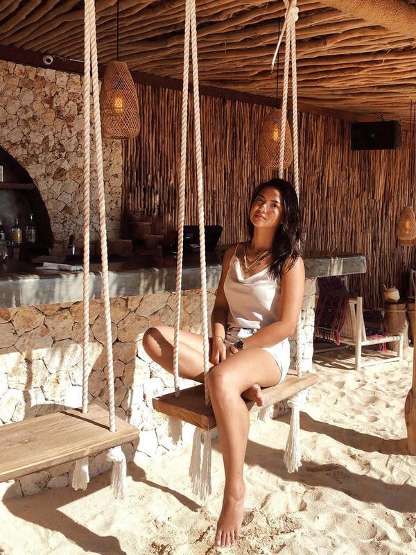Menjadi aktris kelahiran Denpasar, tentu begitu dekat dengan pariwisata di Bali. Maka tak jarang, Angela Gilsha ini sering kali liburan untuk menjelajahi berbagai tempat indah. Bahkan ia pun banyak kunjungi wisata alam. (Liputan6.com/IG/@angelagilsha)