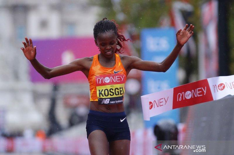 Di bawah guyuran hujan, Kosgei pertahankan gelar London Marathon