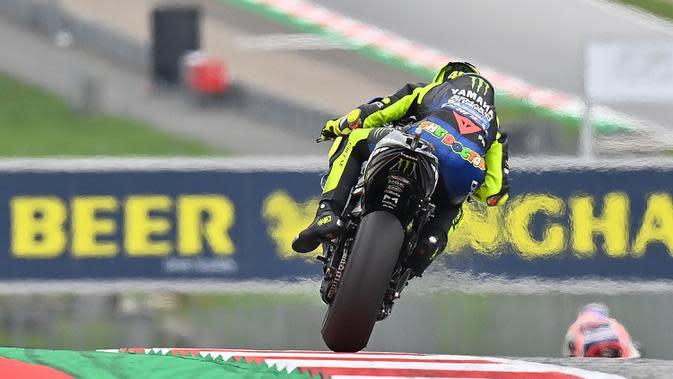 Pembalap Monster Energy Yamaha, Valentino Rossi, saat latihan cepat (FP3) MotoGP Austria di Sirkuit Red Bull Racing, Spielberg, Sabtu (15/8/2020). Pada sesi FP3 MotoGP Austria ini Vinales keluar sebagai rider tercepat dengan waktu terbaiknya 1 menit 24,317 detik. (AFP/Joe Klamar)