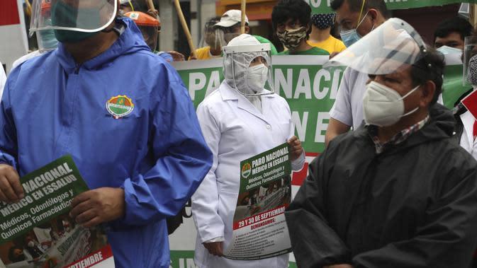 Petugas kesehatan memprotes kurangnya alat pelindung bagi mereka yang merawat pasien COVID-19, di luar rumah sakit umum di Lima, Peru (29/9/2020). (AP Photo/Martin Mejia)