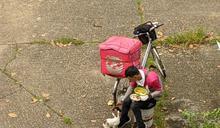 熊貓外送員路邊吃飯 一舉動感動萬人
