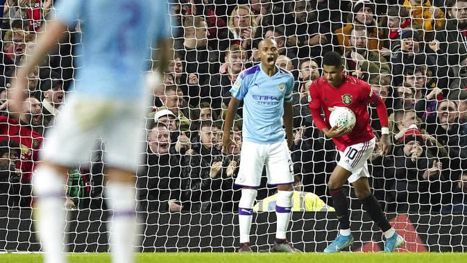 Penyerang Manchester United, Marcus Rashford, mencetak gol ke gawang Manchester City pada laga Piala Liga Inggris di Stadion Old Trafford, Rabu (8/1/2020). Manchester United kalah 1-3 dari Manchester City. (AP/Jon Super)