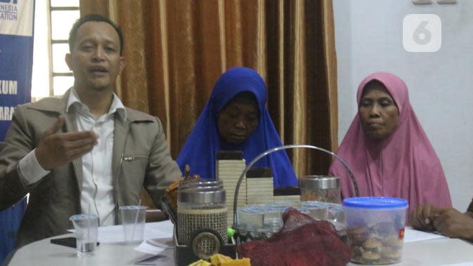 Mbah Tun didampingi Karman Sastro, salah satu penasihat hukum yang mendampingi dan Endang menantunya. (foto: Liputan6.com/Erlinda Pustipa Wardani/Edhie Prayitno Ige)
