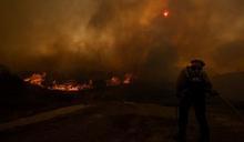 加州南部爆發野火 10萬人撤離家園
