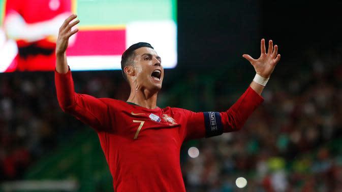 Megabintang timnas Portugal, Cristiano Ronaldo berselebrasi setelah mencetak gol ke gawang Luksemburg dalam laga lanjutan Grup B Kualifikasi Piala Eropa 2020 di Estadio Jose Alvalade, Jumat (11/10/2019). Ronaldo menyumbang gol saat Timnas Portugal menang 3-0 atas Luksembur. (AP/Armando Franca)