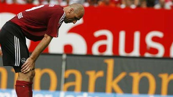 Nuremburg's Czech striker Jan Koller bends over on the pitch after the German first division Bundesliga football match 1./ TIMM SCHAMBERGER