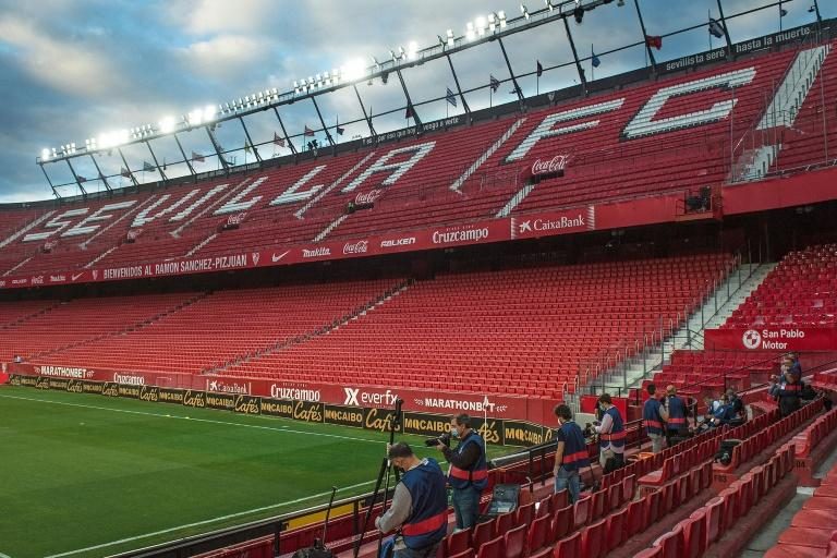 Apart from a few photographers, the stands were empty in Seville. Normally more than 40,000 fans would have attended Thursday's derby