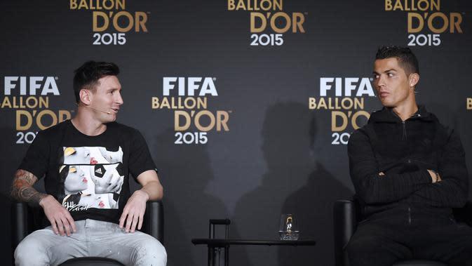 Cristiano Ronaldo berbincang dengan Lionel Messi saat acara penghargaan Ballon d'Or 2015 di Zurich, (11/1/2016). (AFP/Oliver Morin)