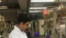 印度抗癌學者庫納那塔利 獲頒外僑永久居留證「梅花卡」