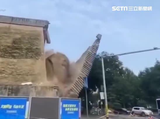 西安秦王府為知名歷史古蹟, 城牆倒塌發出巨大聲響。(圖/翻攝自陝西都市快報)