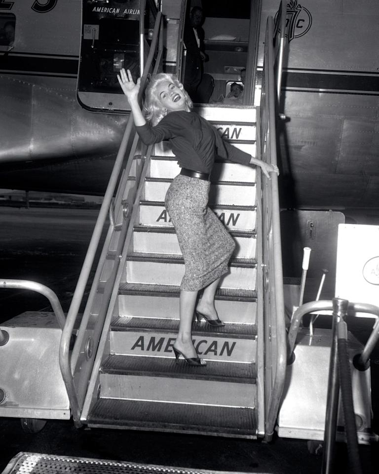 <p>Jayne Mansfield seen in a fitted pencil skirt and kitten heels, a quintessential '60 outfit.<br></p>