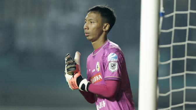 Kiper PSS Sleman, Ega Rizky, saat melawan Semen Padang pada laga Liga 2 di Stadion Pakansari, Jawa Barat, Selasa (4/12). PSS menang 2-0 atas Semen Padang. (Bola.com/M. Iqbal Ichsan)