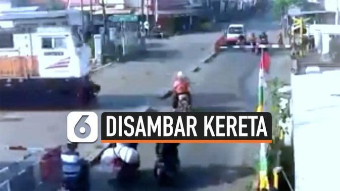 VIDEO: Detik-Detik Pemotor Tewas Disambar Kereta, Nekat Terobos Palang Perlintasan