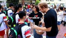 開學日!新埔國中推動英語生活化 外師鼓勵學生大方示愛
