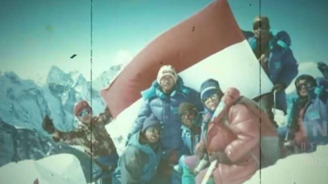 VIVA Militer: Potret Brigjen TNI Iwan Setiawan Kibarkan Merah Putih di Everest