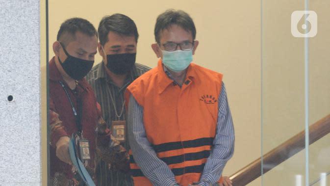 Mantan Direktur Utama PT Dirgantara Indonesia (PTDI) Budi Santoso (kanan) meninggalkan KPK usai ditetapkan sebagai tersangka di Jakarta, Jumat (12/6/2020). KPK menahan Budi Santoso dalam kasus dugaan korupsi kegiatan penjualan dan pemasaran pesawat PTDI tahun 2007-2017. (merdeka.com/Imam Buhori)