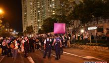 【周梓樂離世1周年】人群尚德停車場外悼念 警員舉紫旗警告