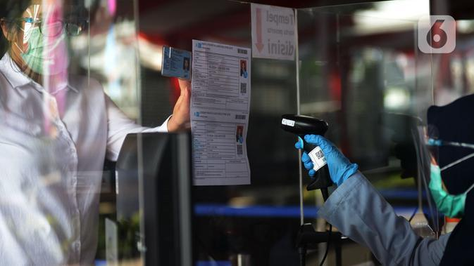 Petugas mencocokkan identitas peserta sebelum mengikuti Seleksi Kompetensi Bidang (SKB) Computer Assisted Test (CAT) untuk Calon Pegawai Negeri Sipil (CPNS) Kemenkumham di Gedung Kepegawaian Negara, Jakarta, Rabu (2/9/2020). Pelaksanaan SKB CPNS itu diikuti 829 peserta. (merdeka.com/Imam Buhori)