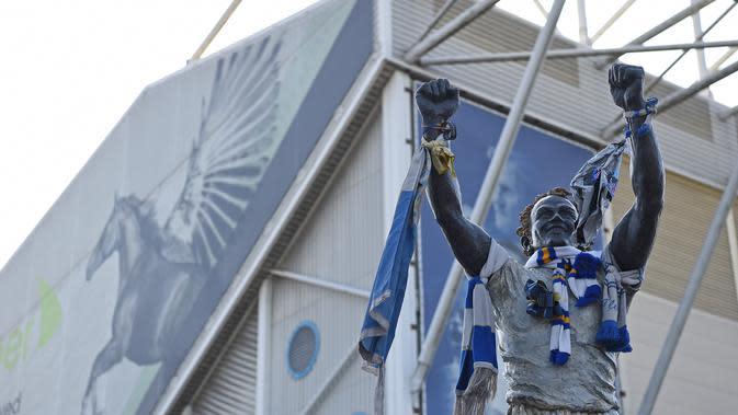 Patung legenda Leeds United Billy Bremner di depan Elland Road. (AFP/Paul Ellis)