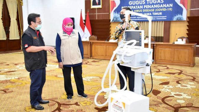 Penyerahan ventilator ke RS rujukan di Jatim (Foto: Liputan6.com/Dian Kurniawan)