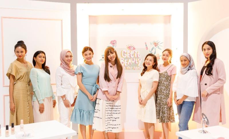 Nadiyah Shahab (center) with eight fans. Photo: tvN Asia