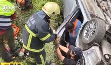 轎車飛落5m山溝 2大2小受困駕駛頭部重創