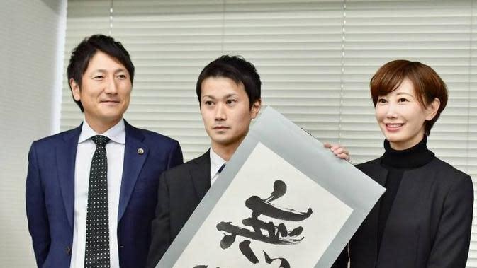 Taiki Matsuda (tengah) usai konferensi pers di Okasa, November 2018 setelah Pengadilan Tinggi Osaka membatalkan putusan bersalah. (dok. Instagram @save.tattooing.in.japan/https://www.instagram.com/p/BrzEc2NlDm0/?igshid=fv3eg5ldkqfh/Brigitta Bellion).