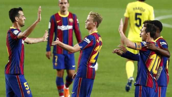Pemain Barcelona merayakan kemenangan atas Villareal pada laga Liga Spanyol di Stadion Camp Nou, Senin (28/9/2020). Barcelona menang dengan skor 4-0. (AP Photo/Joan Monfort)