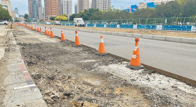 新竹市政府大力改造舊城區步行空間,但也讓議員憂心交通進入黑暗期。(陳育賢攝)
