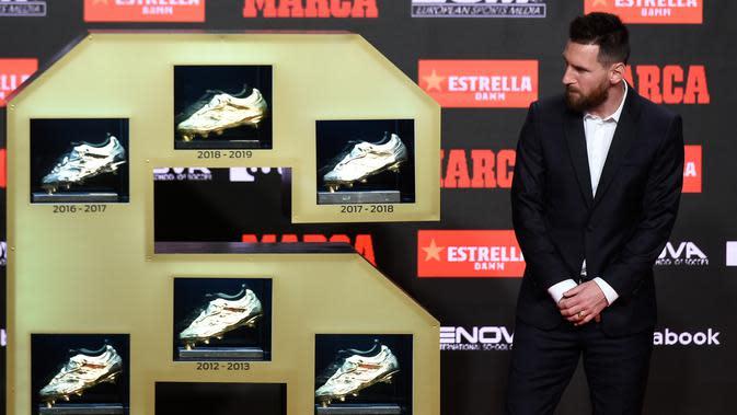 Pemain Barcelona, Lionel Messi melihat enam Sepatu Emas yang berhasil diraihnya di Antiga Fabrica Estrella Damm, Barcelona, Spanyol (16/10/2019). Bagi Messi Ini adalah tahun ketiga berturut-turut ia meraih penghargaan untuk gol terbanyak yang dibukukan pemain di liga utama. (AFP Photo/Josep Lago)