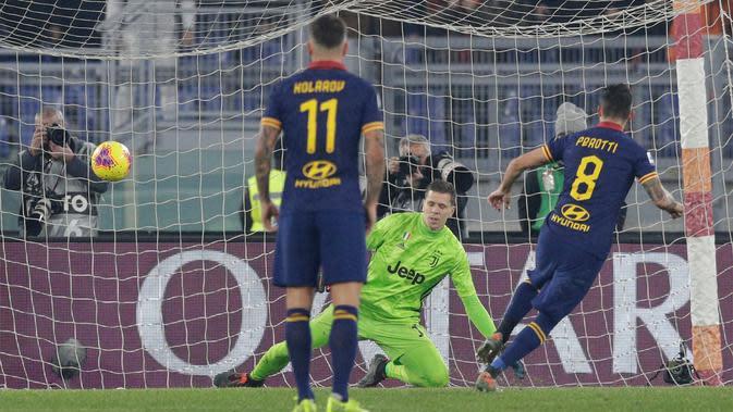Pemain AS Roma Diego Perotti (kanan) mencetak gol ke gawang Juventus pada pertandingan pekan ke-19 Liga Italia Serie A 2019-2020 di Stadion Olimpico, Minggu (12/1/2020). Juventus naik ke puncak klasemen usai menaklukkan AS Roma 2-1. (AP Photo/Andrew Medichini)