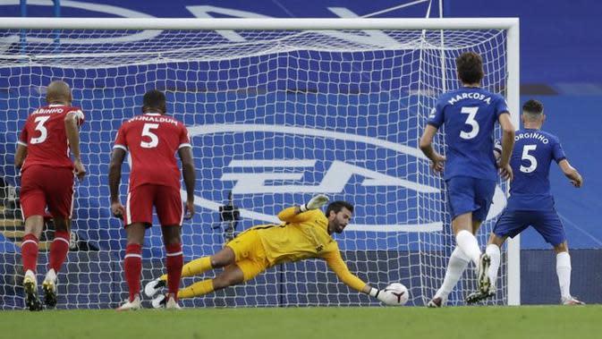 Kiper Liverpool Alisson Becker mementahkan penalti gelandang Chelsea Jorginho pada laga Liga Inggris di Stamford Bridge, Minggu (20/9/2020). (Twitter Opta)