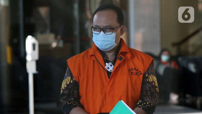 Tersangka dalam kasus dugaan korupsi pelaksanaan pekerjaan subkontraktor fiktif pada proyek-proyek yang dikerjakan PT Waskita Karya (Persero), Jarot Subana berjalan keluar dari gedung KPK usai menjalani pemeriksaan lanjutan, Jakarta, Rabu (30/9/2020). (Liputan6.comHelmi Fithriansyah)