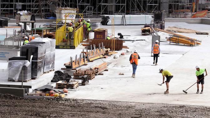Aktivitas para pekerja di sebuah lokasi konstruksi di Sydney pada Rabu (2/9/2020). Australia memasuki resesi pertama mereka sejak 1991 setelah perekonomian menyusut 7,0 persen pada kuarter kedua saat negara itu berjuang menghadapi pandemi COVID-19. (AP Photo/Rick Rycroft)