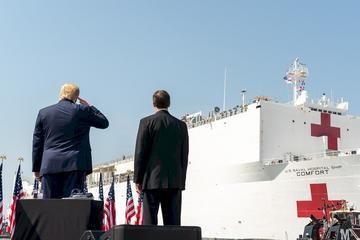 美國總統川普與國防部長艾斯培,28日維吉尼亞州諾福克海軍基地,目送醫療艦「安慰號」(USNS Comfort)離港駛往紐約市。 (圖:白宮)