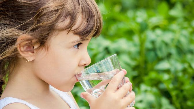 Hindari Dehidrasi, Seberapa Banyak Anak Perlu Minum? (Tatevosian Yana/Shutterstock)