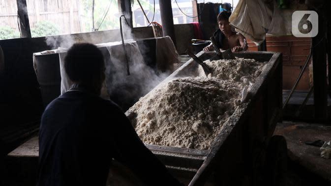 Pekerja menyelesaikan proses pembuatan oncom di industri skala kecil , kawasan Sudimara Barat, Ciledug, Tangerang, Selasa (15/9/2020). Produksi oncom untuk memenuhi kebutuhan pasar di kawasan Tangerang tersebut dijual seharga Rp 5.000 setiap nampannya. (Liputan6.com/Angga Yuniar)