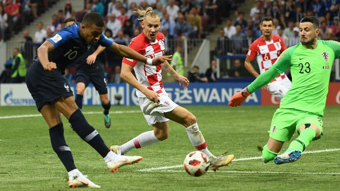 Striker Prancis, Kylian Mbappe, berusaha mencetak gol ke gawang Kroasia pada laga final Piala Dunia 2018 di Luzhniki Stadium, Moscow, (15/6/2018). Prancis menang 4-2 atas Krosia. (AFP/Jewel Samad)