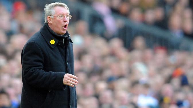 Manajer Manchester United, Sir Alex Ferguson, memberikan instruksi kepada anak asuhnya saat melawan Liverpool. Meski kalah, pada musim ini Setan Merah tetap berhasil meraih gelar Liga Inggris. (AFP/Andrew Yates)