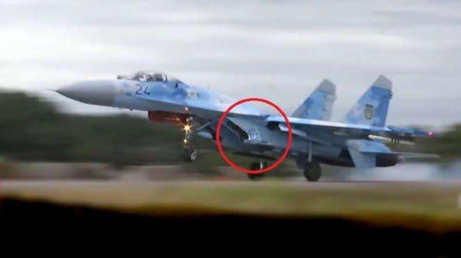 VIVA Militer: Jet tempur Su-27 hampir tabrak kepala manusia.