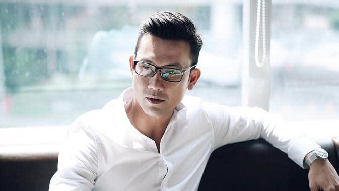 Meski bukan mengenakan kacamata hitam, gaya kasual Denny Sumargo dengan pakaian kasual ini menjadi sorotan netizen. Ia pun terlihat sangat serius dalam balutan pakaian kasual dan kacamata. (Liputan6.com/IG/@sumargodenny)