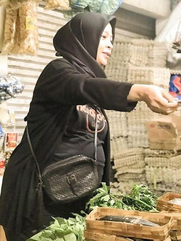 Tantri Kotak belanja sayuran di pasar tradisional (Instagram/tantrisyalindri)
