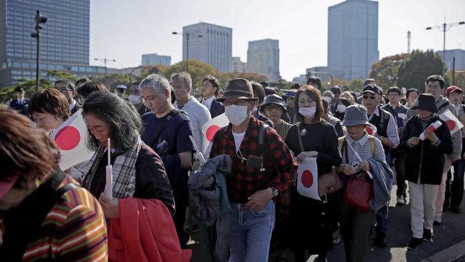 Ribuan warga tiba di Istana Kekaisaran untuk menyaksikan parade kerajaan Kaisar Jepang Naruhito dan Permaisuri Masako di Tokyo, Jepang, Minggu (10/11/2019). (AP Photo/Jae C. Hong)