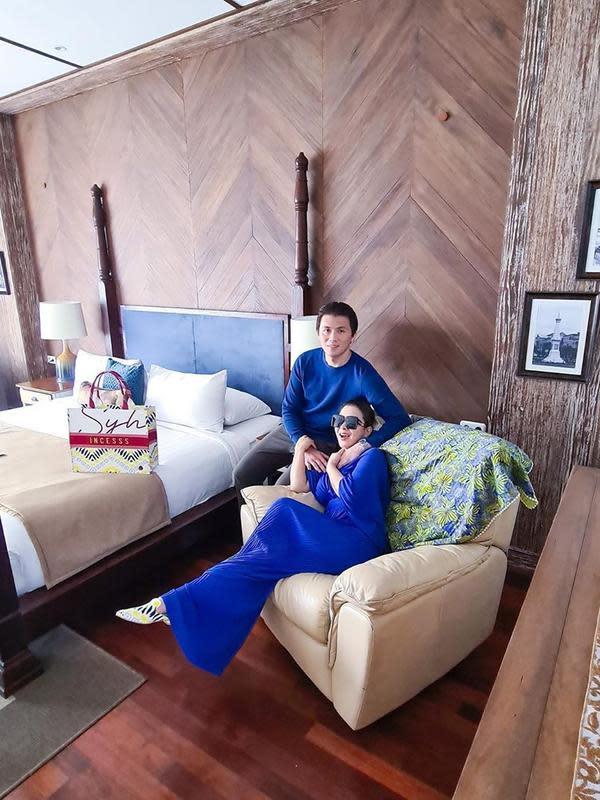 Wah, ternyata keduanya kompak berbusana biru saat berlibur. Begini lah penampakan kamar yang mereka gunakan selama liburan. Di foto yang satu ini, mereka juga memamerkan kemesraannya. (Instagram/princessyahrini)