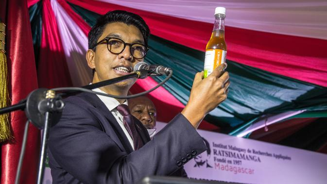 Presiden Madagaskar, Andry Rajoelina menghadiri upacara peluncuran Covid Organics atau CVO di Antananarivo, Madagaskar, pada 20 April 2020. Covid Organics atau CVO merupakan ramuan herbal yang diklaim dapat mencegah virus corona Covid-19. (AFP/Rijasolo)