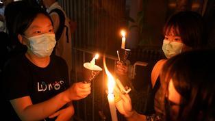 六四32週年:香港大批市民街頭紀念 警員吹熄燭光