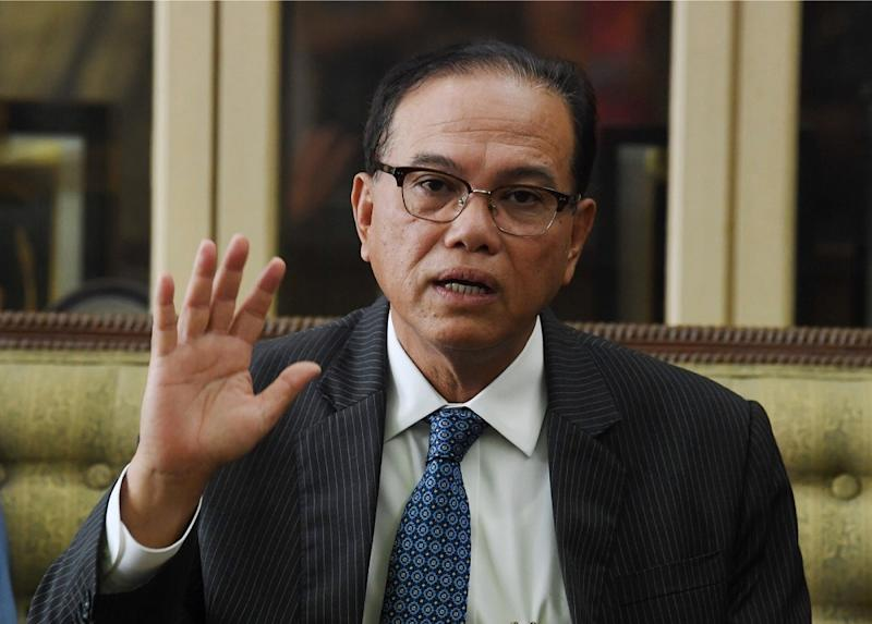Lee revealed that nine PH reps were not invited to a ceremony where the distribution of financial aid was made by Pahang Mentri Besar Datuk Seri Wan Rosdy Wan Ismail (pic). — Bernama pic