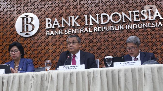 Gubernur Bank Indonesia Perry Warjiyo (tengah) menyampaikan hasil Rapat Dewan Gubernur (RGD) Bank Indonesia di Jakarta, Kamis (19/12/2019). RDG tersebut, BI memutuskan untuk tetap mempertahankan suku bunga acuan 7 Days Reverse Repo Rate (7DRRR) sebesar 5 persen. (Liputan6.com/Angga Yuniar)